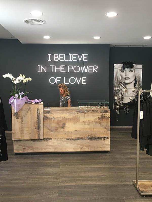 Cerchi idee per arredamento negozio abbigliamento for Idee design arredamento