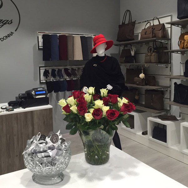 Arrdedamento per negozi di borse milano arrredoschop for Negozi di arredamento milano