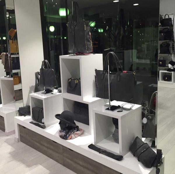 Arrdedamento per negozi di borse milano arrredoschop for Progettazione di negozi