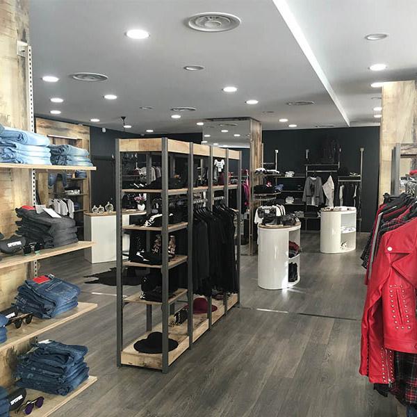 Allestimento negozio di abbigliamento hb98 regardsdefemmes for Negozi arredamento salerno