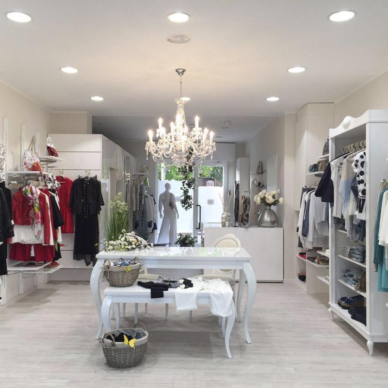 Arredamento per negozi di abbigliamento donna arredoshop for Arredamento accessori