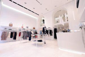 arredamento minimal per negozio di abbigliamento